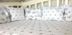 Специальные подушки способствуют комфортному размещению головы во время сна в сидячем положении, фиксируя шею в удобном положении.