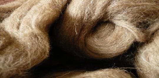 Шерсть натуральный материал из которого делают наматрасники в том числе.