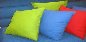 Решившись постирать перьевую подушку в домашних условиях, необходимо обеспечить качественное высыхание наполнителя, иначе в нем начнут быстро развиваться грибки и бактерии.